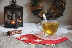 Kupa av tea på trä bordlägger arkivfoton