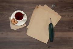 Kupa av tea på trä bordlägger royaltyfri foto