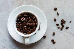 Kupa med kaffebönor Fotografering för Bildbyråer