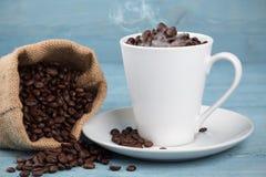 Kupa med kaffekorn Royaltyfria Foton