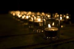 Kupa stearinljusljus i den lilla koppen i rad Arkivfoton