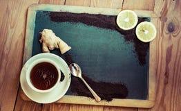Kupa te med citron- och ingefärate och torkade Arkivbilder
