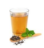 Kupa tea, och tea lämnar Royaltyfri Fotografi