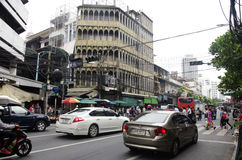 Kupczy drogę i ludzie chodzić krzyżują drogę przy crosswalk Fotografia Royalty Free