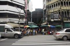 Kupczy drogę i ludzie chodzić krzyżują drogę przy crosswalk Fotografia Stock