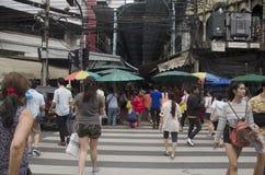Kupczy drogę i ludzie chodzić krzyżują drogę przy crosswalk Zdjęcie Royalty Free
