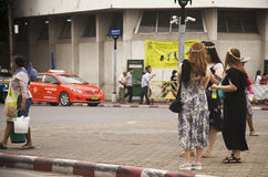 Kupczy drogę i ludzie chodzić krzyżują drogę przy crosswalk przy Obraz Royalty Free