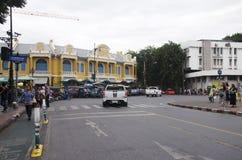 Kupczy drogę i ludzie chodzić krzyżują drogę przy crosswalk przy Zdjęcia Stock