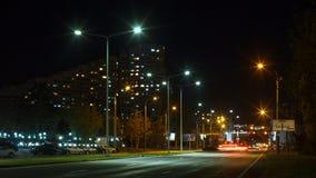 Kupczy na autostradzie duży miasto przy nocą Czasu upływ Chisinau, Moldova zbiory