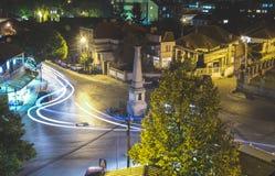 Kupczy na rondo ulicie w mieście Vranje przy nocą Obraz Stock