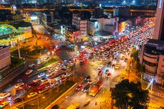 Kupczy przy Hua Lamphong skrzyżowaniem przy nocą w Bangkok, Tajlandia zdjęcia stock