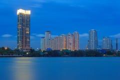 Kupczy w nowożytnym mieście przy nocą, Bhumibol most, Bangkok, Tajlandia Obrazy Stock