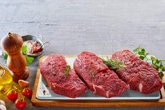 Kuperu stek z pikantność na tnącej desce Obraz Stock