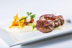 Kuperu stek Zakończenie oferta up Piec na grillu wołowiny mięso na bielu talerzu z jarzynową dekoracją fotografia stock