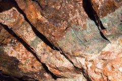 Kupfererz und Steine in einem Bergwerk Stockbild