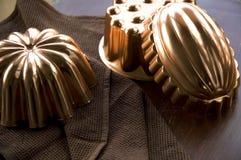 Kupferformen auf Holztisch Lizenzfreies Stockbild