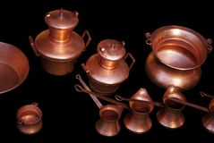 Kupferne Behälter auf schwarzem Hintergrund Stockfotografie