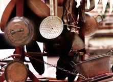 Kupferne Gegenstände für Küche und Haus für Verkauf an der Flohmarkt Lizenzfreie Stockfotos
