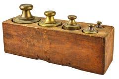 Kupferne Gewichte der Weinlese in einem Kasten lokalisiert auf Weiß Lizenzfreie Stockfotografie