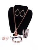 Kupferne Halskette, Ohrringe, Armbänder und Ringe Stockfotografie