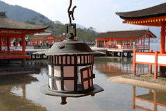 Kupferne Kerzelaterne am Itsukushima Schrein Stockbild