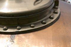 Kupferne Platte des Bierdampfkessels Stockfotos