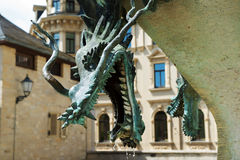 Kupferne Skulptur eines mythischen Drachen, ein Fragmentbrunnen Stockbilder