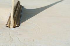 Kupferne Sonnenuhr auf Kalkstein. Lizenzfreie Stockfotos