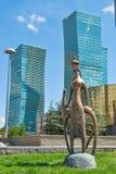 Kupferne Statue in der Mitte von Nursultan stockfotografie