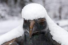 Kupferne Statue des Weißkopfseeadlers bedeckt durch Schnee Lizenzfreies Stockbild