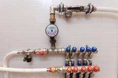 Kupferne Ventile, rostfreie Kugelventile, Detektor des Wassers und Kunststoffrohre Zentralheizungssystem und -Wasserleitungen lizenzfreie stockbilder