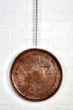 Kupferner Behälter gehangen an Wand Stockbilder