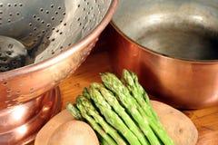Kupferner Cookware und Gemüse Lizenzfreie Stockfotos
