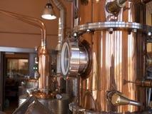 Kupferner Destillierkolben noch lizenzfreies stockfoto