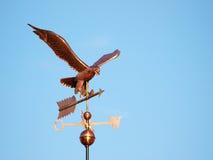 Kupferner Eagle-Weathervane auf Sunny Day Stockfoto
