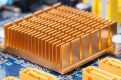 Kupferner Kühlkörper auf Computermotherboard stockbild