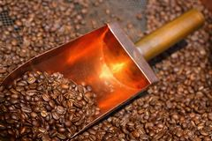 Kupferner Löffel in den Kaffeebohnen Lizenzfreie Stockfotos