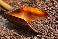 Kupferner Löffel in den Kaffeebohnen Lizenzfreie Stockbilder