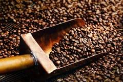Kupferner Löffel in den Kaffeebohnen Lizenzfreie Stockfotografie