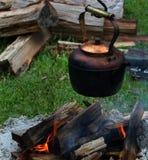 Kupferner Topf gehangen über ein Lagerfeuer Stockbild