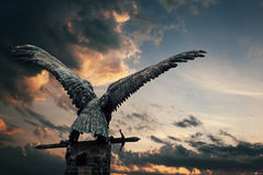 Kupferner Vogel mit einer Klinge Stockfotos