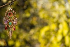 Kupfernes dreamcatcher mit Amethyst und Nephritis entsteint Hintergrund stockfotografie