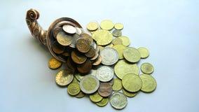 Kupfernes Horn mit Münzen Lizenzfreie Stockfotografie