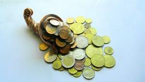 Kupfernes Horn mit Münzen Lizenzfreie Stockfotos