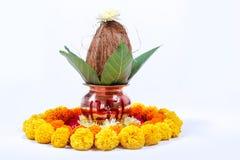 Kupfernes Kalash mit Kokosnuss, Blatt und Blumendekoration auf einem weißen Hintergrund wesentlich im hindischen puja stockfotos