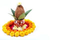 Kupfernes Kalash mit Kokosnuss, Blatt und Blumendekoration auf einem weißen Hintergrund wesentlich im hindischen puja stockfoto