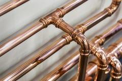 Kupferrohre und Installationen für die Ausführung von Installationsarbeiten stockbilder