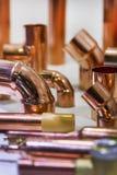 Kupferrohre und Rohre für Bau und Installationsarbeiten lizenzfreies stockfoto