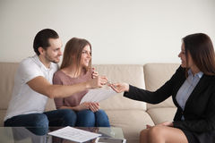 kupić do domu Młoda szczęśliwa para dostaje klucze swój mieszkanie Obraz Stock