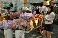 kupienia rolników kwiatów targowa nyc kobieta Obraz Royalty Free